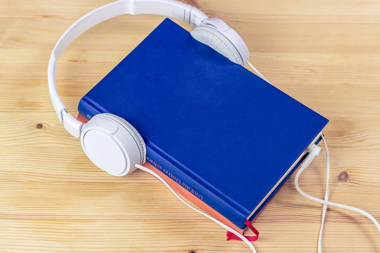 Livre portant un casque audio